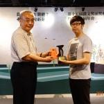由推協理事長洪宏嘉先生,頒發獎座與獎金予首獎柳豫